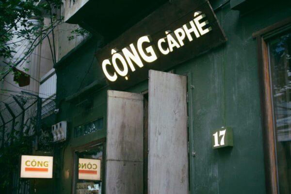 Cộng cà phê nổi bật với màu xanh cổ điển có mặt trong top thương hiệu cà phe nổi tiếng nhất Việt Nam